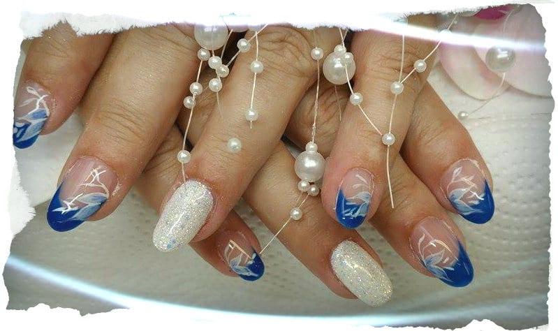 French-Nails mit Nailart in blau weiß aus dem Studio für Gelnägel in Wien