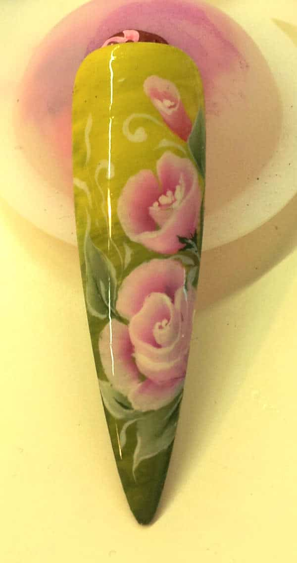 Kunstvolle Nail-Art mit floralem Nageldesign aus dem Salon in Wien